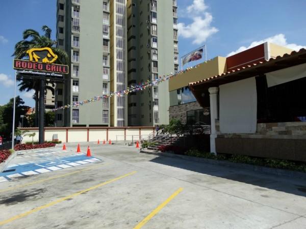 El amplio estacionamiento de Rodeo Grill Restaurant