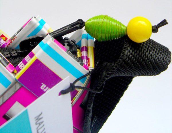 Bolsos, monederos y porta cosméticos son algunas de las piezas elaboradas con papel trenzado por Malvina Sellanes.