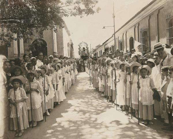 Las pastorcitas esperando la santa imagen de la Excelsa Patrona para entonar el himno mariano que la acompaña desde 1906 por las calles de Barquisimeto.
