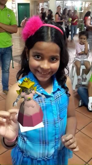 Los niños juegan felices con las tarjetas coleccionables de realidad aumentada que ha diseñado Carlos Lameda.