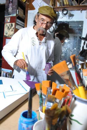 Esteban Castillo recibe un merecido galardón internacional por su arte geométrico.