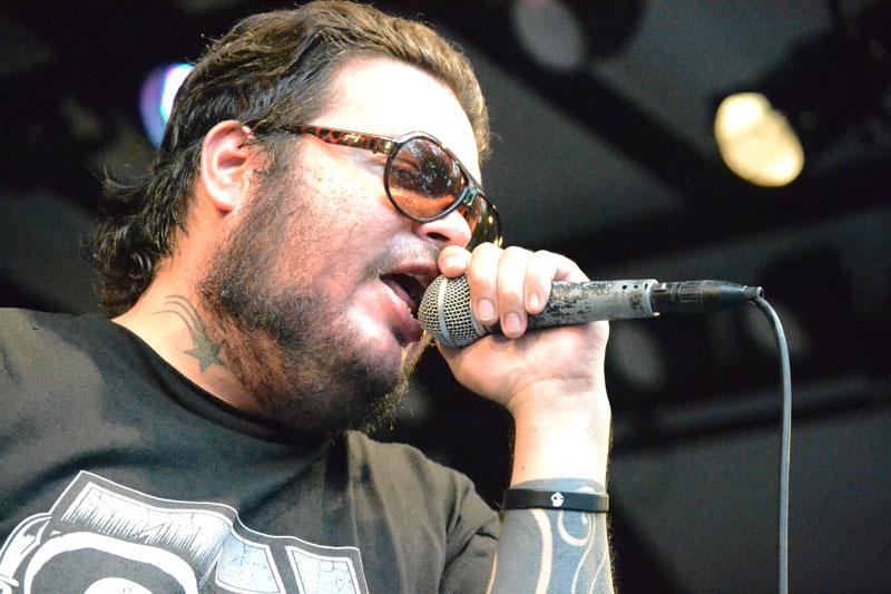 Pato Machete cantando