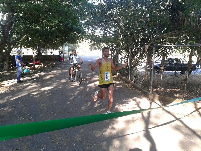 Atletas llegando a la meta en la carrera caminata