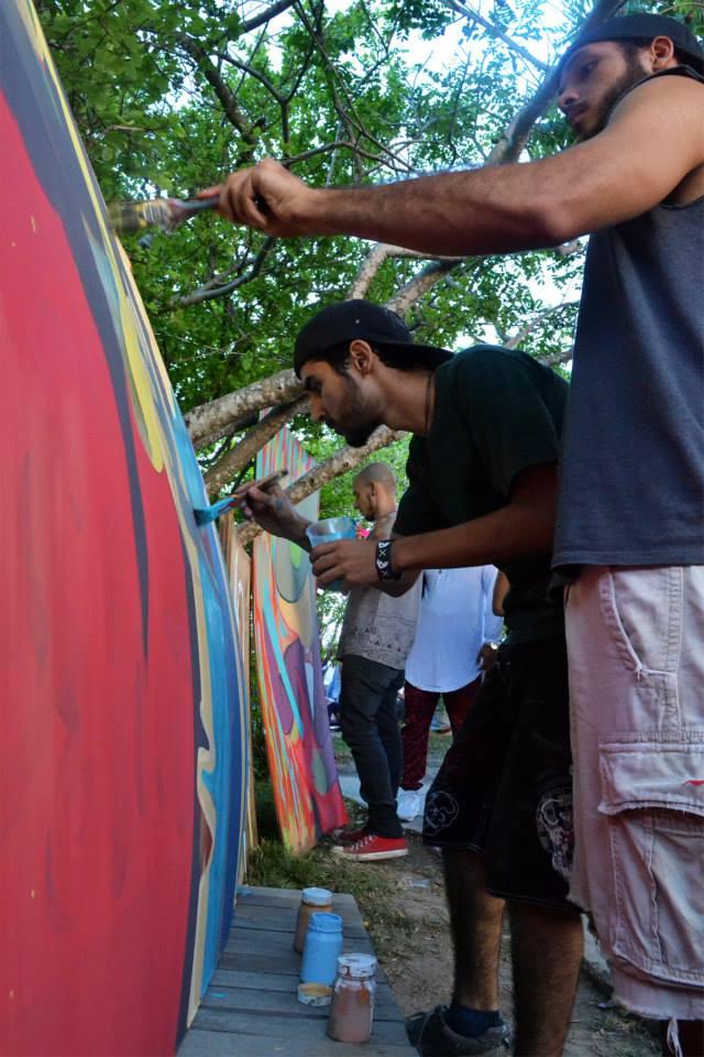 El equipo de Acrylic Souls pintando