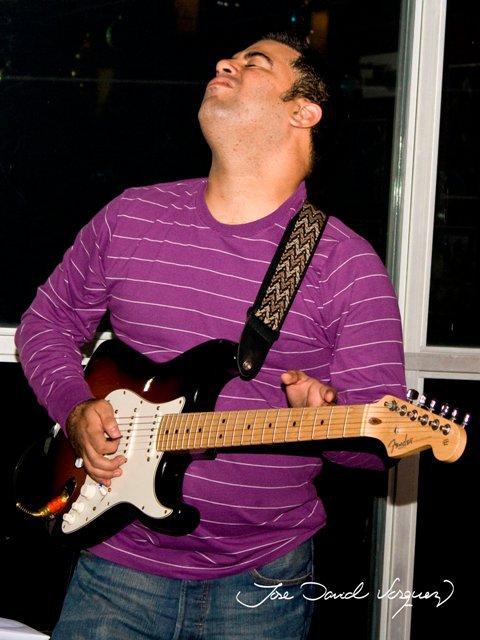 Manuel Reyes tocando guitarra