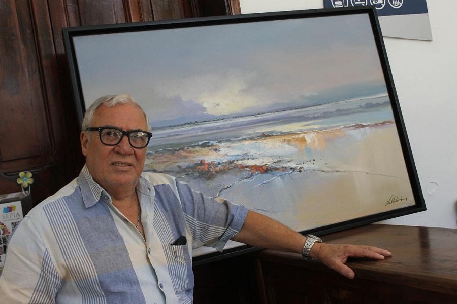 Armando Villarón con su obra